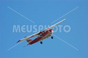 Red and white plane flying - MeusPhoto