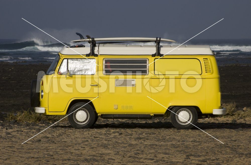 Minivan VolksWagen with surfboard - MeusPhoto
