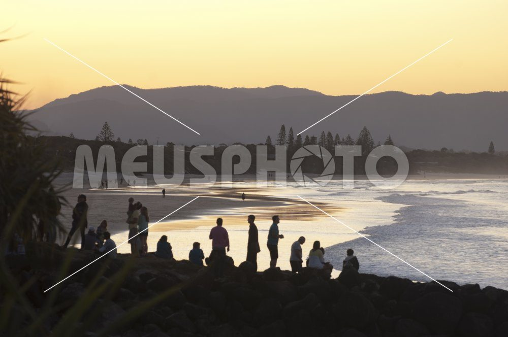 People watching sunset at sea in Byron Bay - MeusPhoto